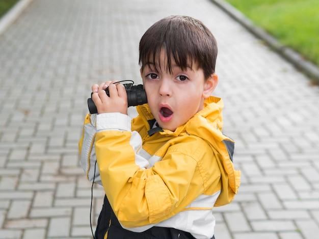 Hoge mening kind met grappige gezichtsuitdrukking Gratis Foto
