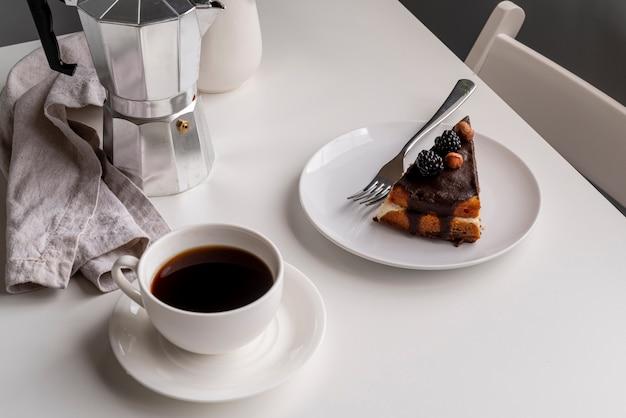 Hoge mening plakje cake met koffie Gratis Foto