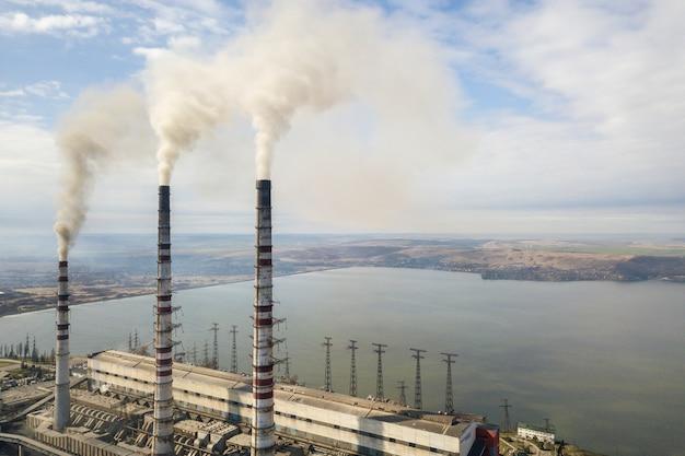 Hoge pijpen van elektriciteitscentrale Premium Foto
