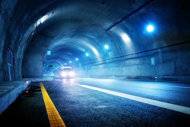 Hoge snelheidsauto in de tunnel Premium Foto