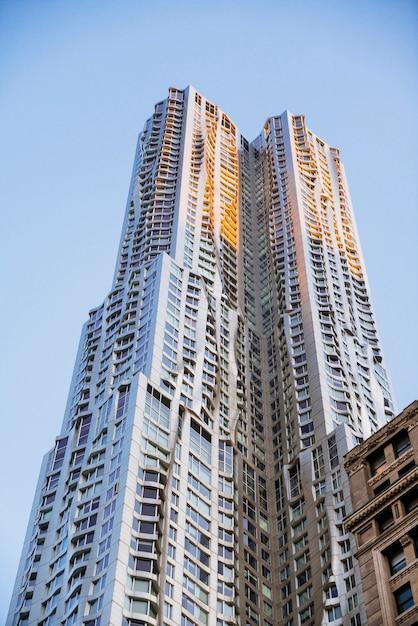 Hoge structurele moderne wolkenkrabber Gratis Foto