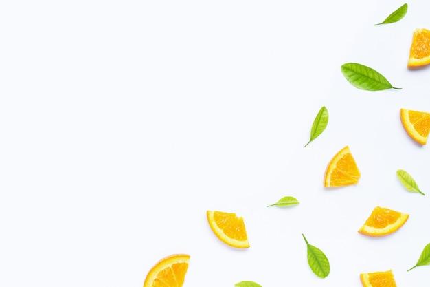 Hoge vitamine c, sappig en zoet. vers oranje fruit met groene bladerenachtergrond Premium Foto