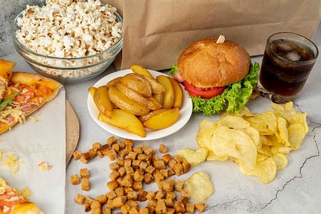 Hoge weergave fastfood op tafel Gratis Foto