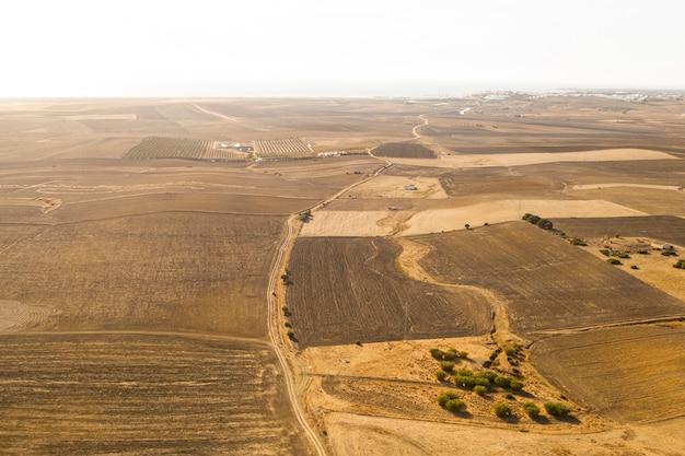 Hoge weergave gedroogde vlaktes genomen door drone Gratis Foto