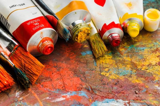 Hoge weergave gekleurde verf en abstract schilderij Gratis Foto
