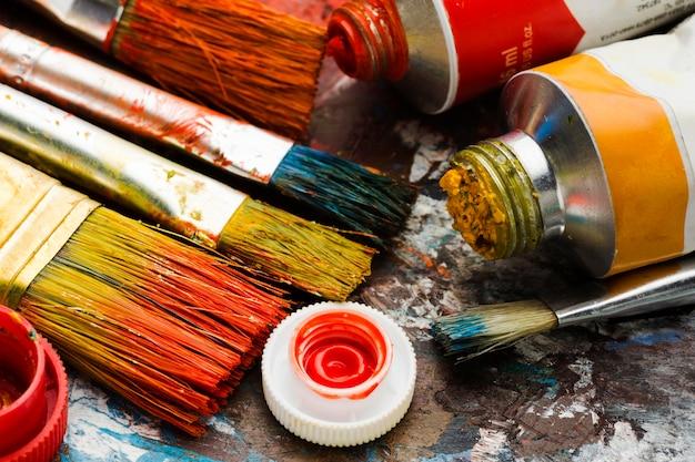 Hoge weergave gekleurde verf en borstels Gratis Foto