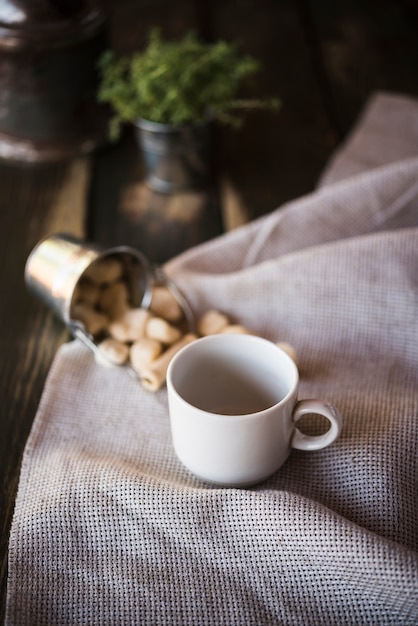 Hoge weergave kopje koffie en suiker op jute stof Gratis Foto