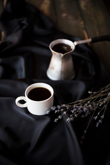 Hoge weergave lavendel bloemen met koffie in de ochtend Gratis Foto
