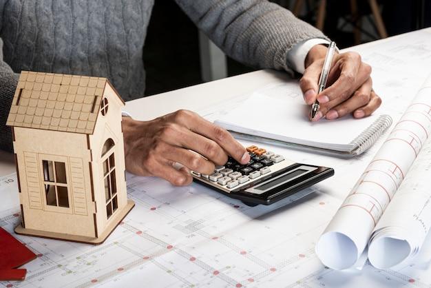 Hoge weergave linkshandige persoon berekenen en schrijven Gratis Foto