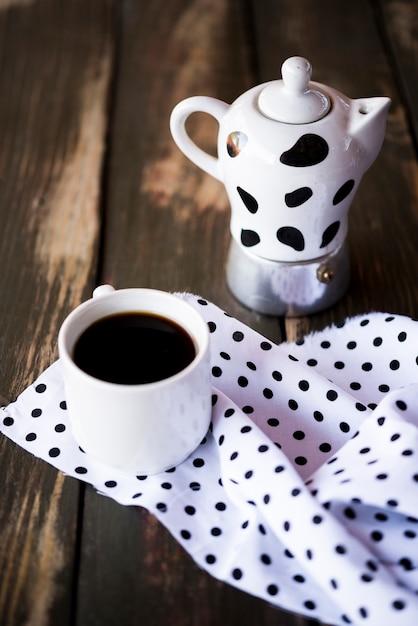 Hoge weergave schattige gestippelde stof en waterkoker met koffie Gratis Foto