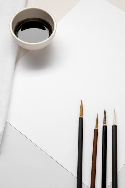 Hoge weergave scherpe penselen en inkt kopie ruimte Gratis Foto