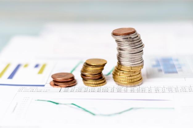 Hoge weergave stapels munten op statistische diagrammen Gratis Foto