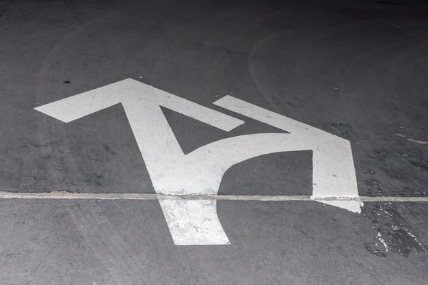 Hoge weergave straat witte pijlen voor richting Gratis Foto