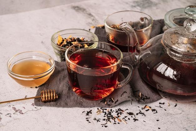 Hoge weergave van verschillende containers voor thee Gratis Foto