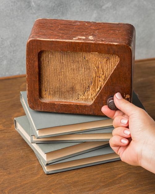 Hoge weergave vintage radio op stapel boeken Gratis Foto