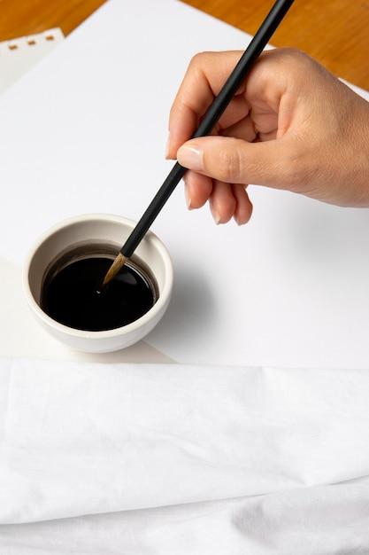 Hoge weergave zwarte inkt in kom Gratis Foto