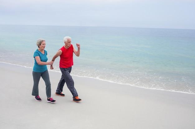 Hoger paar dat op het strand aanstoot Premium Foto