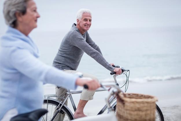 Hoger paar dat rit met hun fiets heeft Premium Foto