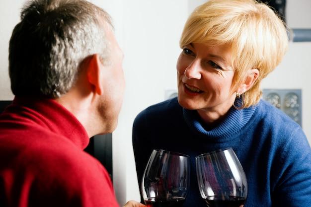 Hoger paar dat rode wijn drinkt Premium Foto