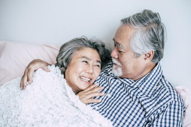 Hoger paar dat samen in bed ligt Gratis Foto