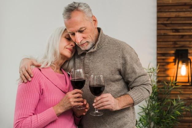 Hoger paar het vieren valentijnskaartendag met wijn Gratis Foto