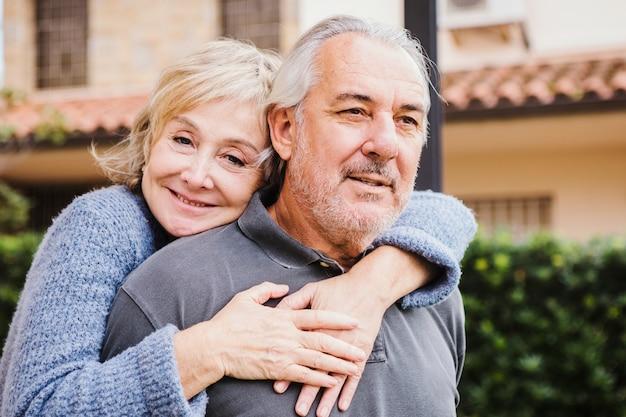 Hoger paar in liefde in tuin Gratis Foto