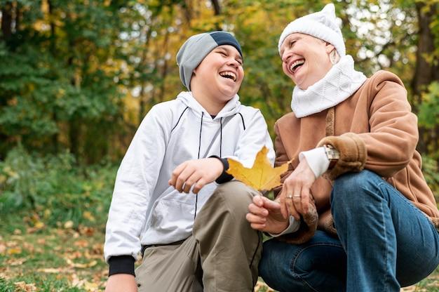 Hoger wijfje met kleinzoon in park Gratis Foto