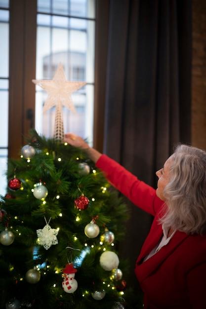 Hogere kerstmisboom van de vrouwenvestiging Gratis Foto