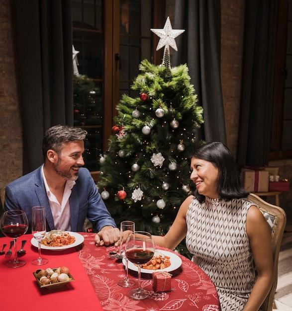 Hogere man en vrouw die kerstmisdiner hebben Gratis Foto
