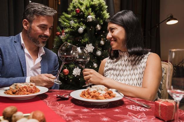 Hogere man en vrouwen het vieren kerstmis Gratis Foto