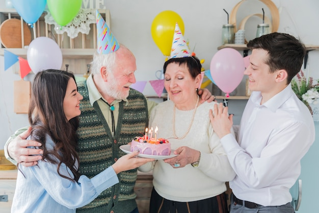Hogere mensen die verjaardag vieren Gratis Foto