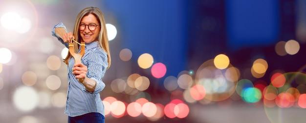 Hogere mooie vrouw met een katapult Premium Foto