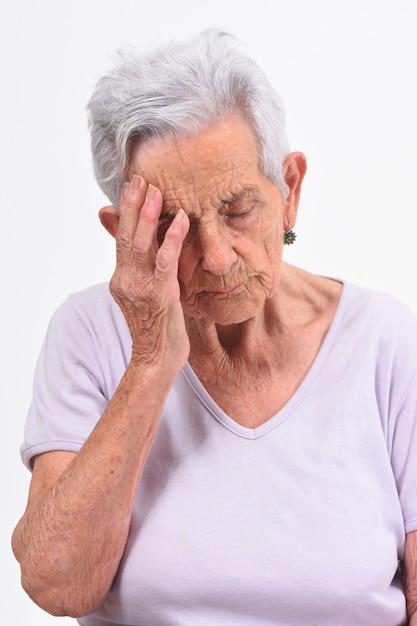 Hogere vrouw met hoofdpijn op witte achtergrond Premium Foto
