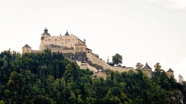 Hohenwerfen kasteel en fort boven de salzach vallei in werfen op oostenrijk Premium Foto