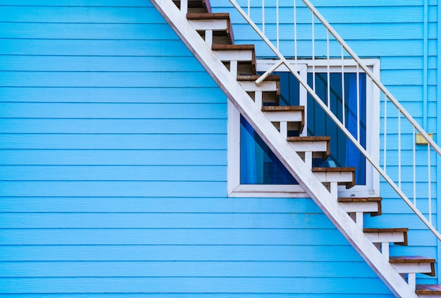 Home exterieur ontwerp - blauwe houten huis's muur en trap naar de bovenste verdieping Premium Foto