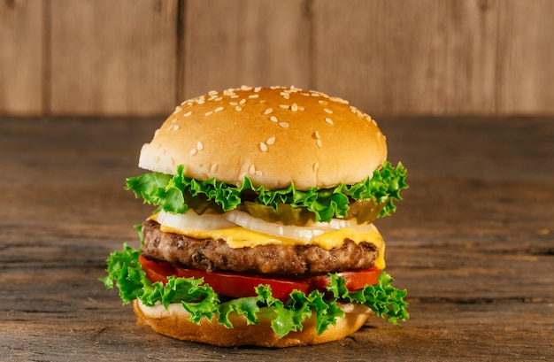 Home made burgers met salade, spek, koteletten houten bord Premium Foto