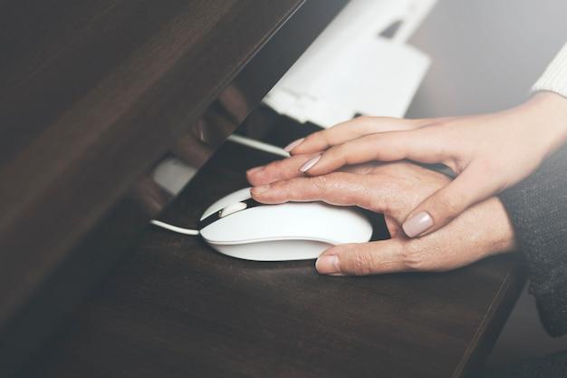 Homecarer met oudere vrouw met behulp van laptopcomputer Premium Foto
