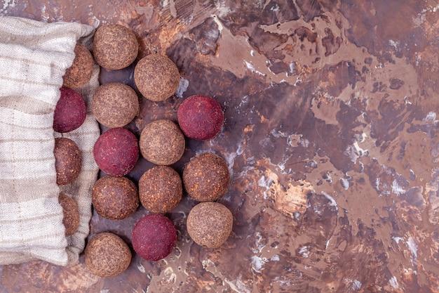 Homemade raw vegan cacao energy balls in craft textile bag Premium Foto