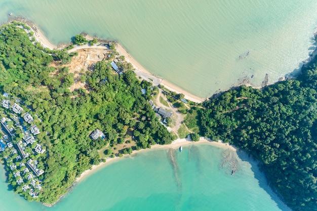 Hommel luchtmening van tropische overzees met mooi kusteiland wordt geschoten in phuket thailand dat. Premium Foto