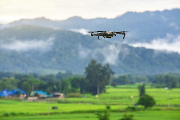 Hommelcopter die met digitale camera in bergen vliegen Premium Foto