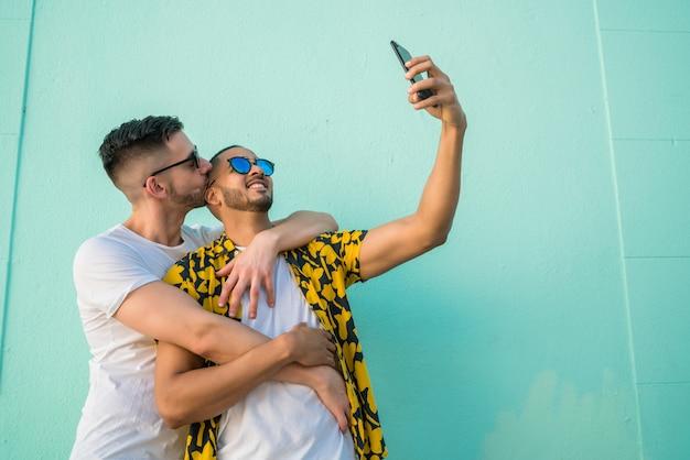 Homopaar nemen van een selfie met mobiele telefoon. Premium Foto