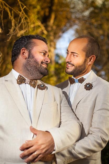 Homopaar op hun bruiloft Premium Foto