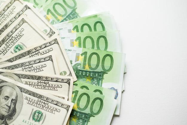 Honderd dollar en euro rekeningen Premium Foto