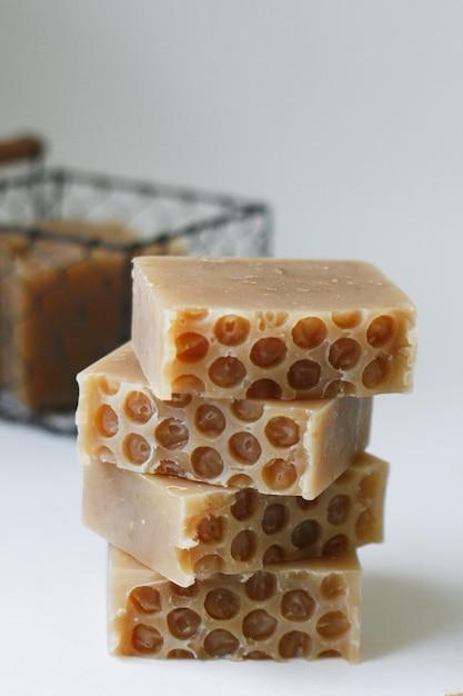 Honey oatmeal soap helpt de huid te reinigen en te voeden Premium Foto