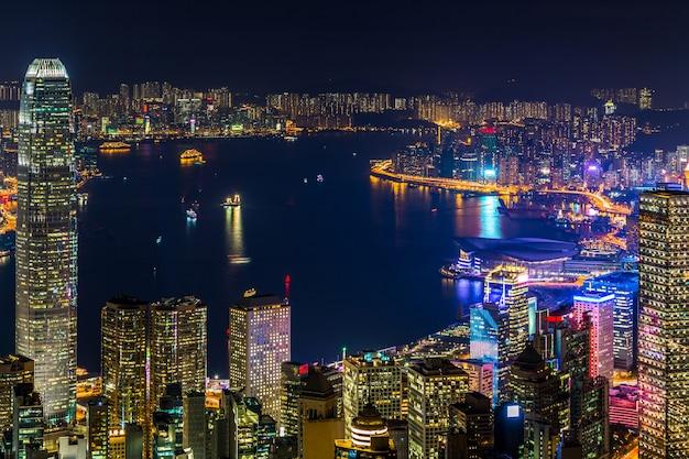 Hong kong-stadsmening van de piek bij nacht, victoria harbor-mening van victoria peak bij nacht, hong kong. Premium Foto