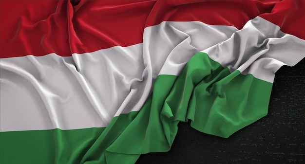 Hongarije vlag gerimpelde op donkere achtergrond 3d render Gratis Foto