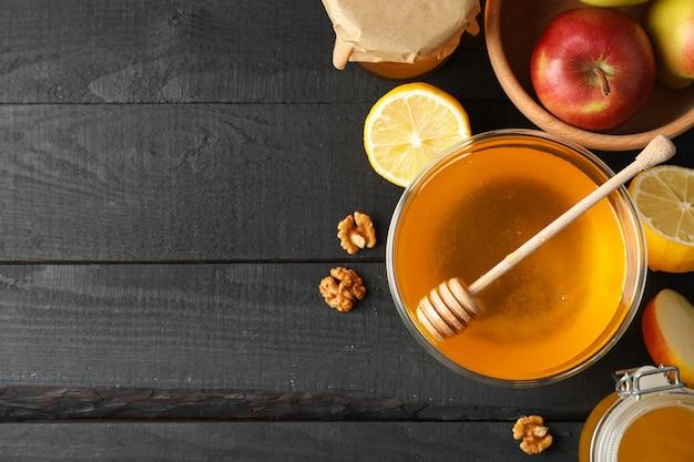 Honing, beer, walnoot en fruit op houten achtergrond, bovenaanzicht Premium Foto
