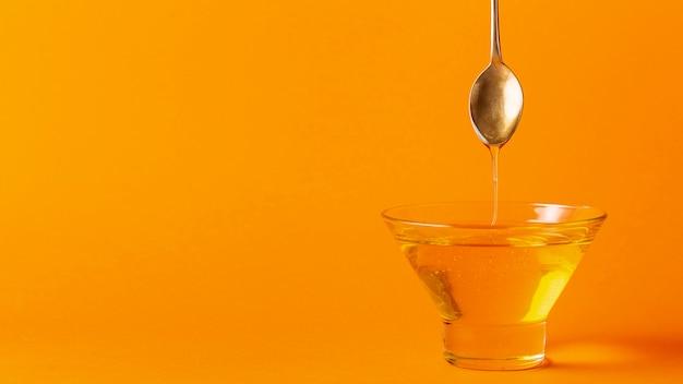 Honing die van lepel in kom met exemplaarruimte druipt Gratis Foto