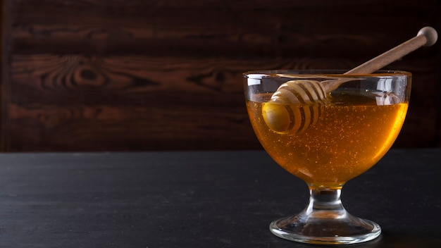 Honing in een glazen kom. copyspace Premium Foto