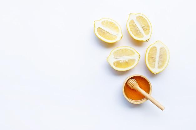Honing met citroen op witte achtergrond. Premium Foto